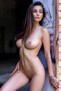 Faith in 'Brunette Bombshell' via Photodromm